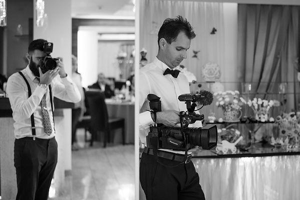 Asa se imbraca un fotograf la nunta