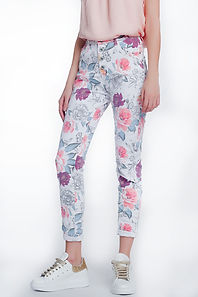white-boyfriend-jeans-with-floral-print.