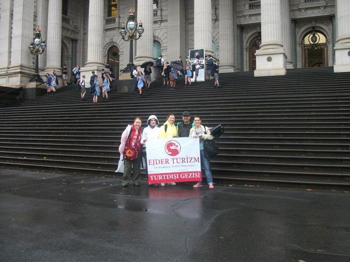Facebook - Parlemento Binasının önünde yağmur altında :)
