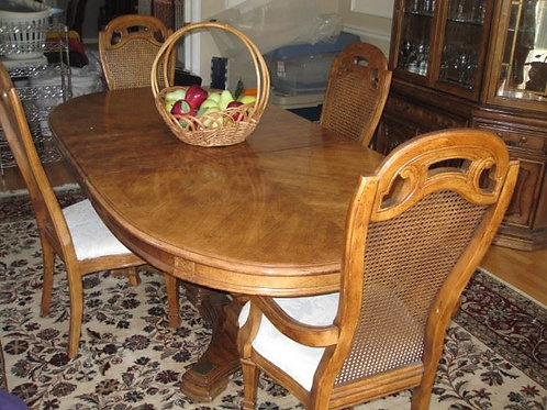 "Thomasville Dining room table & 6 chairs, 81"" includes 18"" leaf excellent cond."