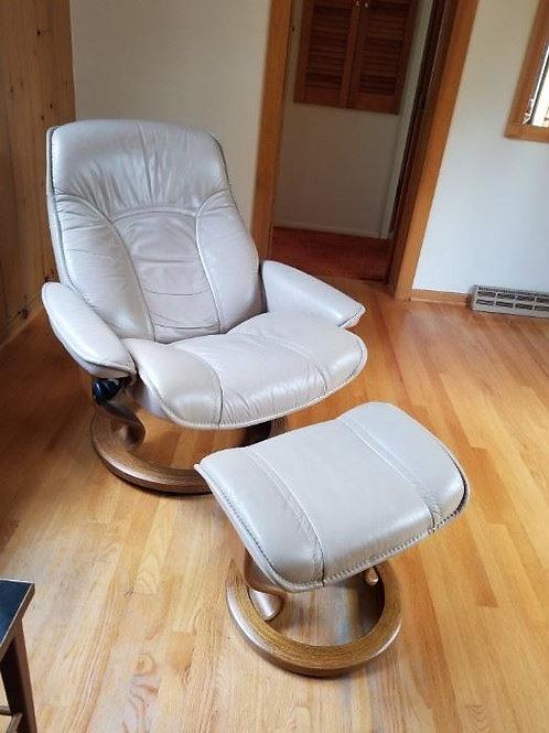 Beige Ekornes chair & ottoman in vert good condition