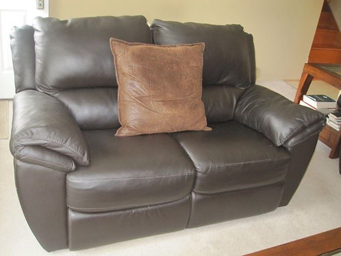 Brown Leather Love seat in excellent condition