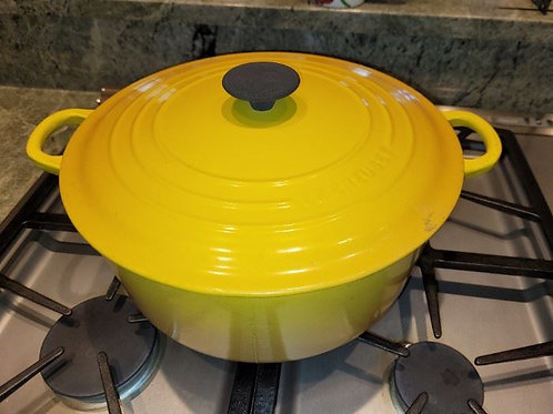 Le creuset round Dutch inside oven shows wear outside and edges vg