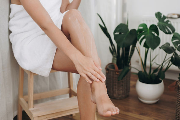 HR_leg_waxing_woman_towel_plants_chair_L