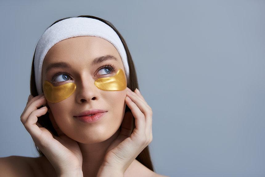 F_facial_woman_gold_eye_patch_treatment_