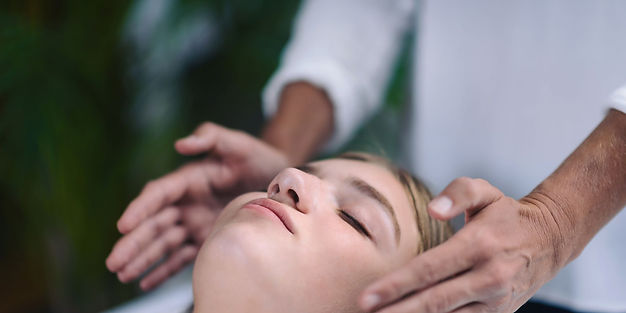 midsection-of-therapist-giving-reiki-tre