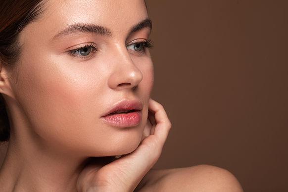 E_eyebrow_tinting_woman_eyebrow_shape_ST