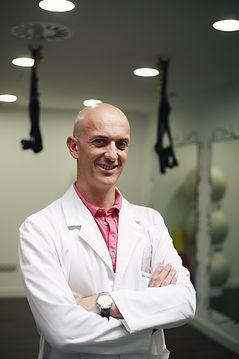 El Dr. Sacristán, es médico especialista en medicina de familia, homeopatía, acupuntura, terapia neural, plantas medicinaes en SportSalud