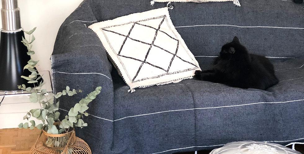 Plaid gris à pompons pour canapé