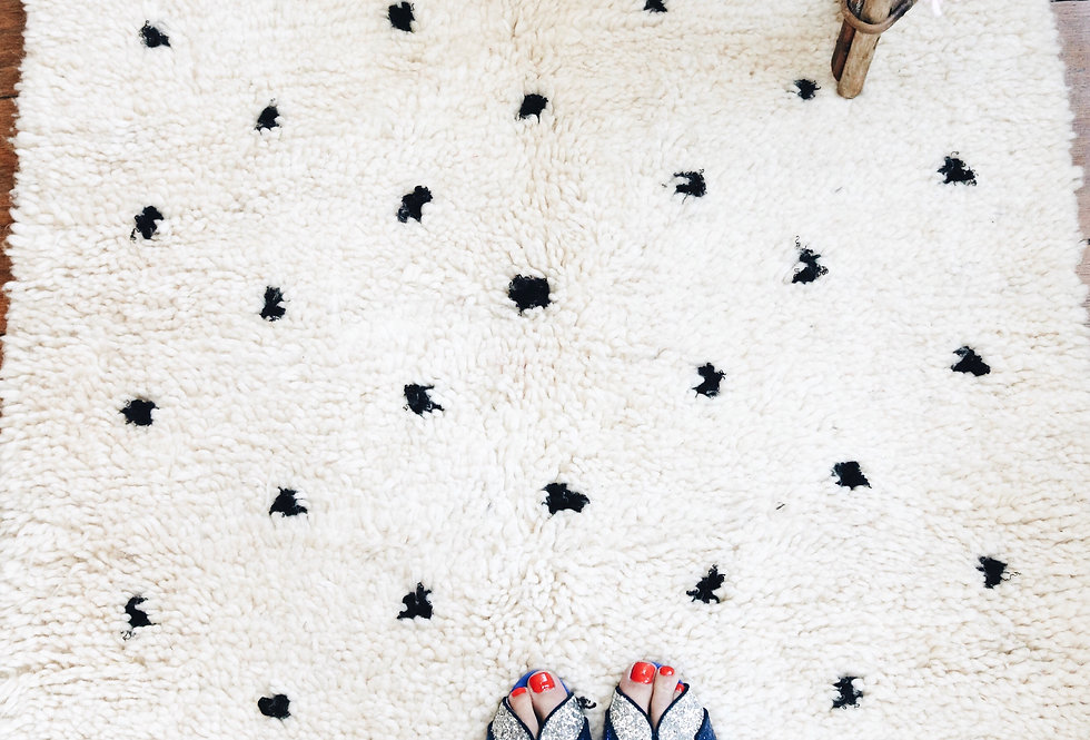 Tapis en laine à pois noirs