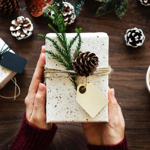 Regalo de navidad empaque sostenible. Decoración con materiales organicos y sostenibles