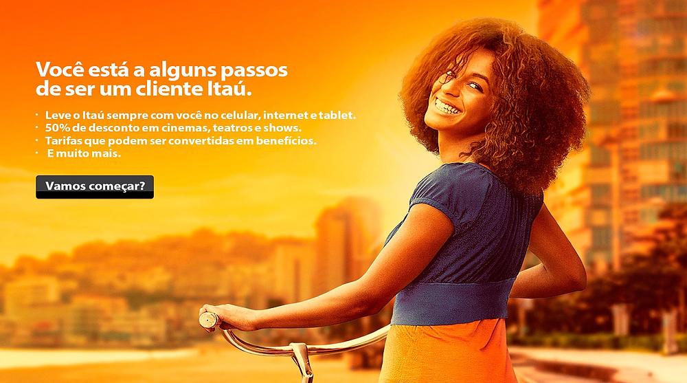 Foto de uma mulher afrodescendente sorridente numa campanha publicitária do banco Itaú