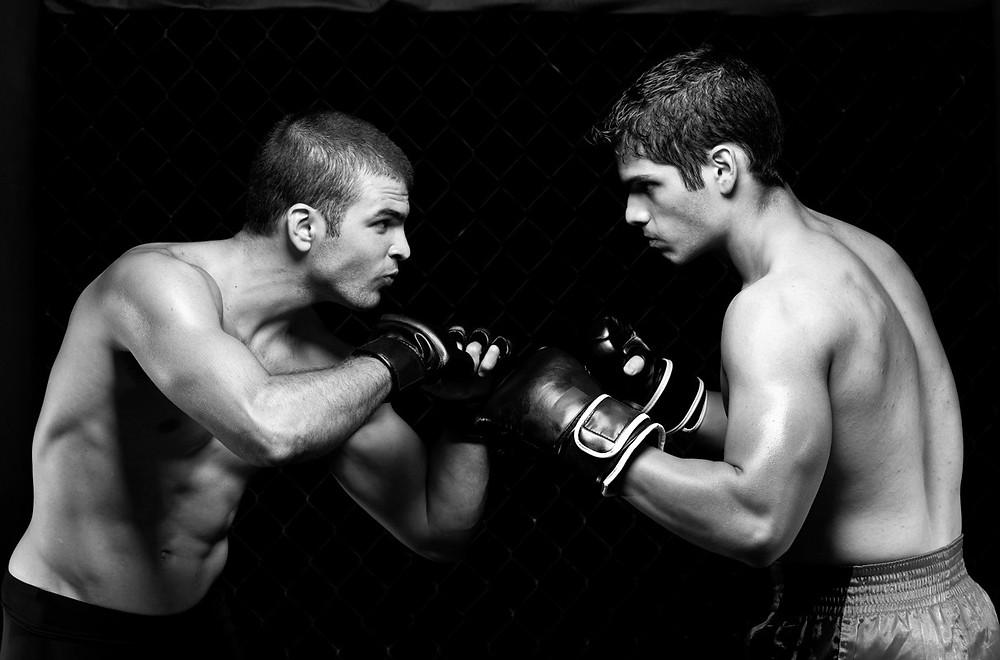 foto de dois homens se enfrentando com luvas de boxe