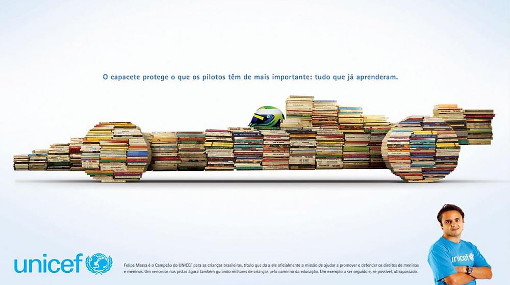foto ilustrativa de vários livros empilhados formando um carro de corrida da  fórmula 1. Na foto, o piloto Felipe Massa numa campanha publicitária da Unicef.