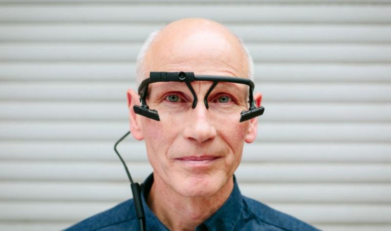 Foto de um homem calvo e culto usando um óculos ele-tracking