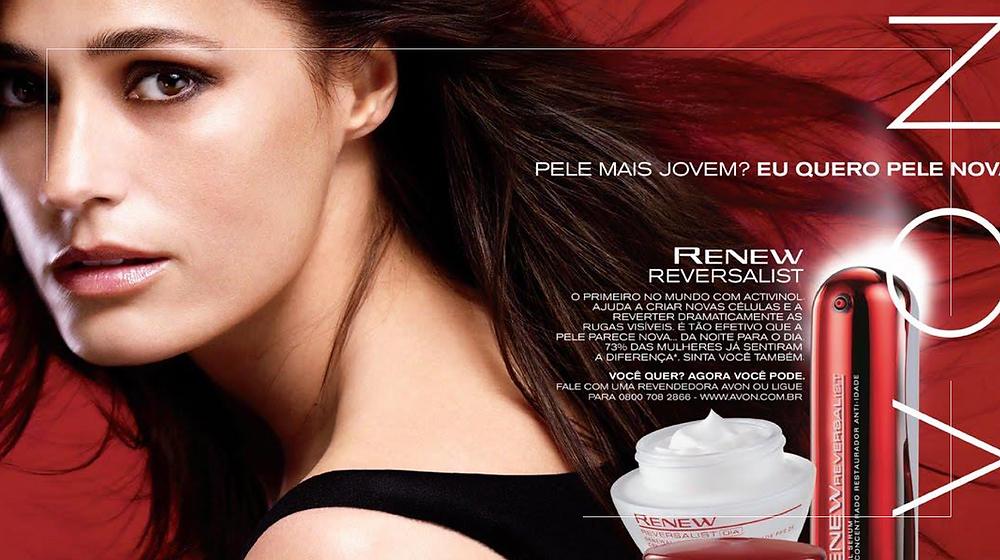 Foto de uma campanha publicitária da Avon com uma mulher com a pele bonita.