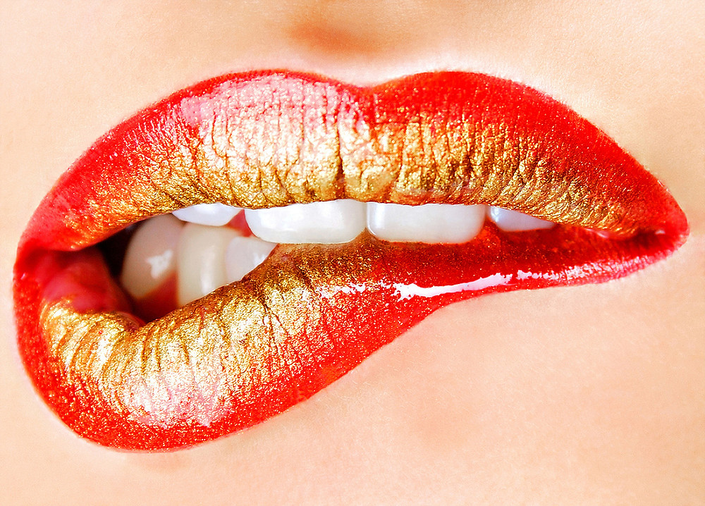 foto ilustrativa de lábios feminino sendo mordidos de tesão
