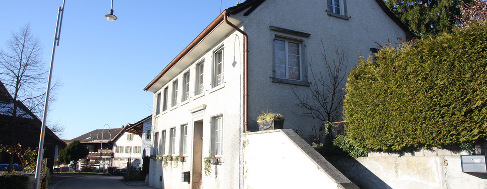 Das ehemalige, alte Dorfschulhaus im Ortskern.