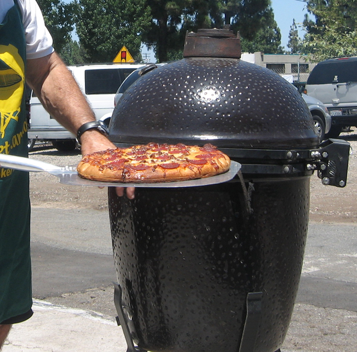 PIZZA-COMING-OUT-OF-COMET-KAMADO