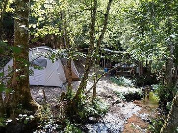 Ingerichte tent, huurtent, beek, natuur, kamperen