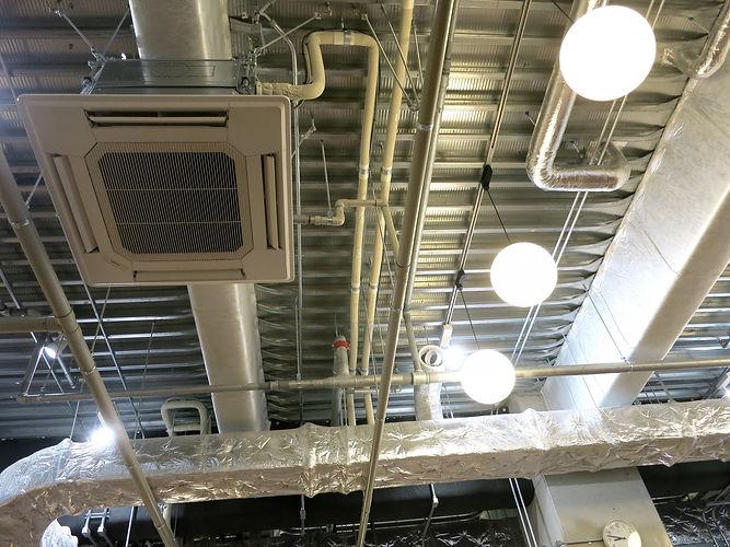 業務用エアコンと配管