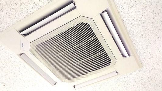 天井の業務用エアコン