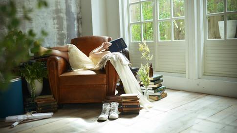 グリーンとアンティークのソファ※日の入り方は季節によって異なります。