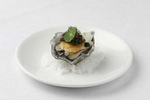 Erik van Loo ** - Oester | Limoenmousse | Aardappelrösti | Perle Imperial Kaviaar | Rettich zoetzuur