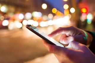 Uso excessivo de celular aumenta número de casos de tendinites e problemas nos ombros