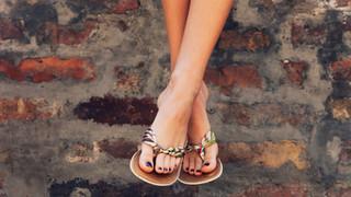 Uso de chinelos por tempo prolongado pode levar a lesões nos pés
