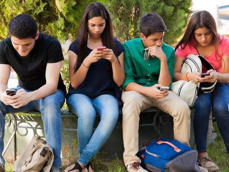 """Los teléfonos celulares amenazan el cerebro, sin embargo,los """"expertos"""" lo llaman conspiración."""