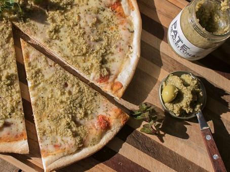 Pizza casera con pate de aceitunas