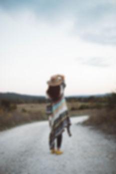 Kvinne på en øde vei