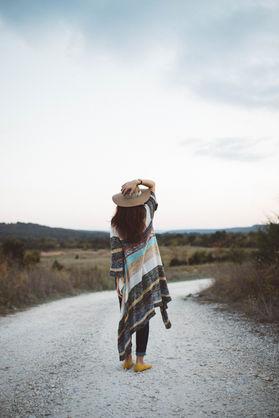 Donna su una strada deserta