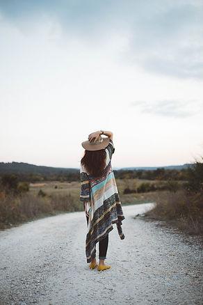 Vrouw op een verlaten weg
