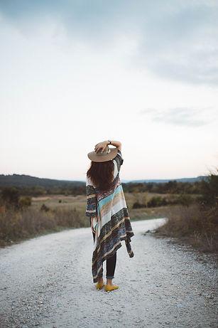 Женщина на безлюдной дороге