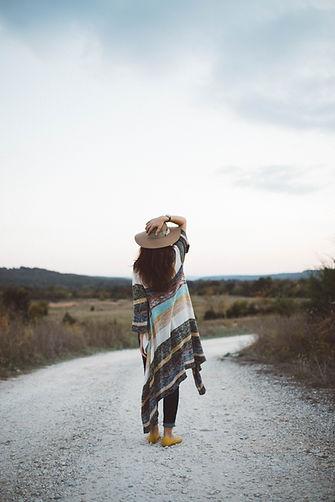 Mujer en una carretera desierta