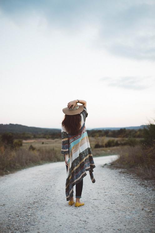 Mulher em uma estrada deserta