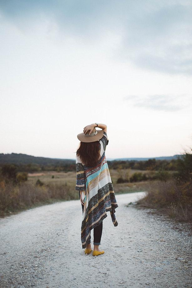 Frau, die auf einer verlassenen Straße