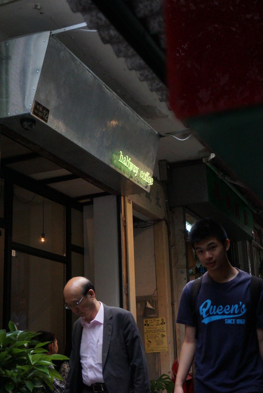 東街的兩旁有很多特式的排檔攤,很多外國人都喜歡在這裡逛逛