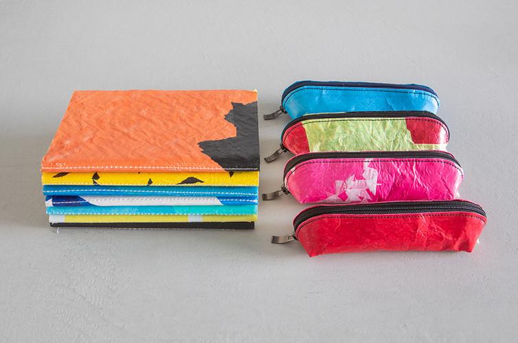 Estuches y cuadernos de lápices hechos de bolsas de plástico del basurero de bolsas más grande del mundo en Egipto