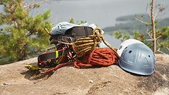 Matériel d'escalade avec cordes et casques de sécurité