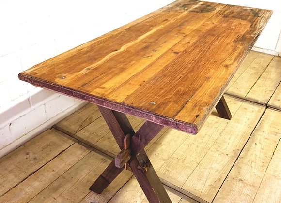 Antieke tafel op kruispoot