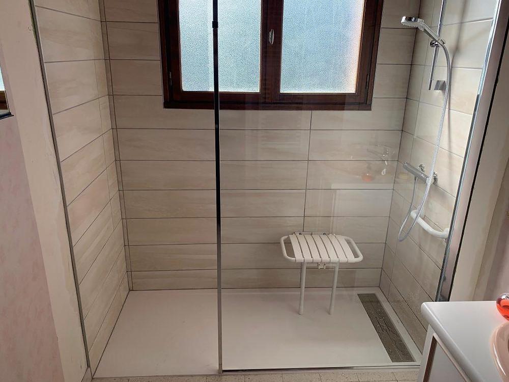 Salle de bain pour personne à mobilité réduite à Nimes