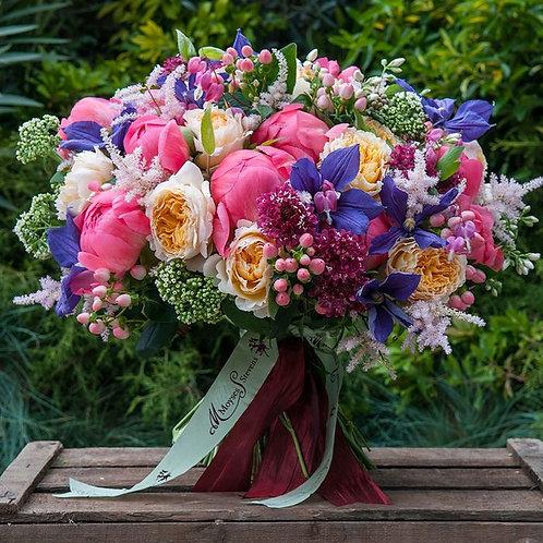 Букет из садовых роз и пионов с клематисами
