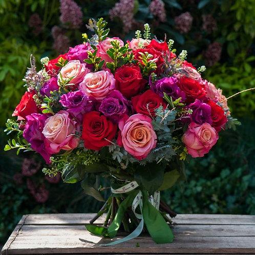 Букет из красных, лиловых и персиковых роз