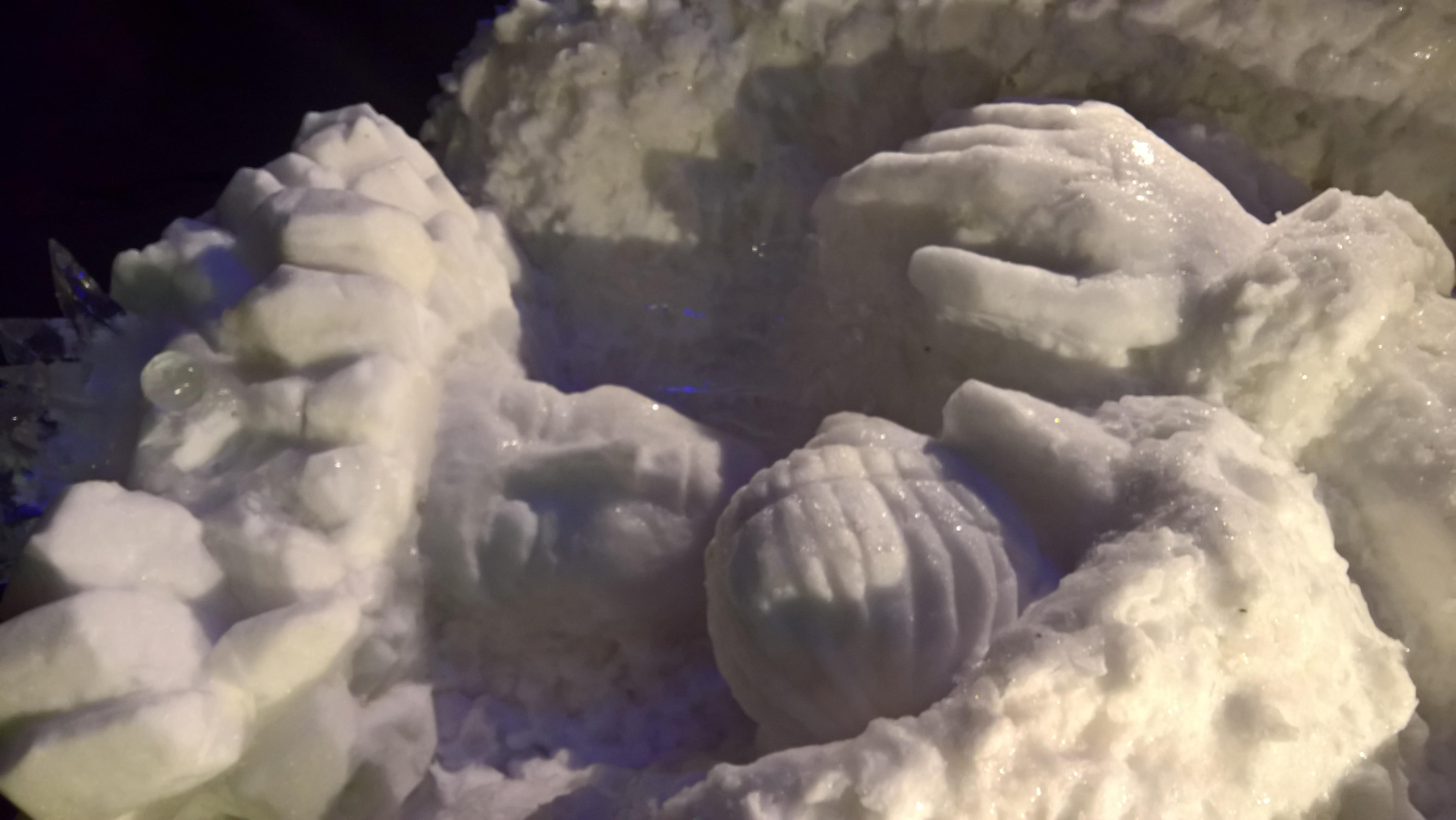 Snežnakraljica objema Kaja
