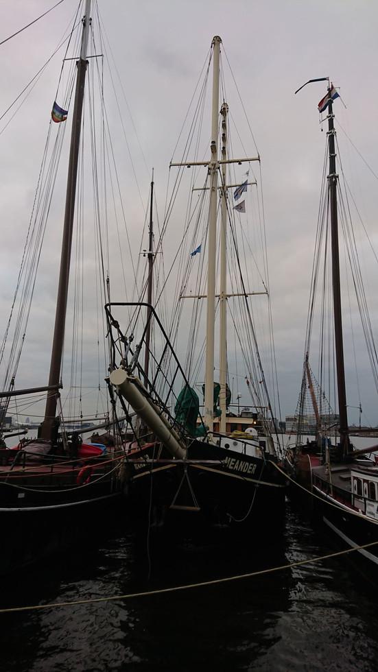 We zijn een kijkje aan boord van De Meander gaan nemen. Een soort gelijk schip als de onze. We zijn vooral benieuwd naar hoe het schip is getuigd en naar het verhaal en de ervaringen van Heine van der Molen.