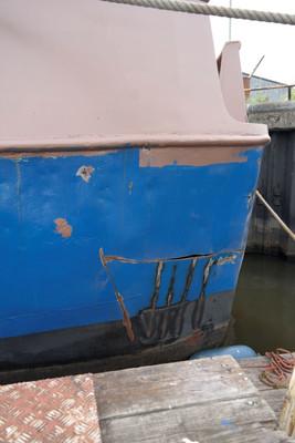 We proberen de ergste deuk in het schip eruit te krijgen, wat een flinke klus blijkt te zijn.