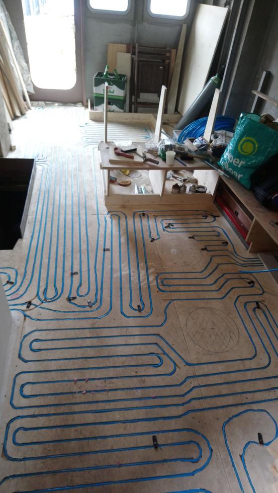 start vloerverwarmingsbuizen leggen in opbouw.
